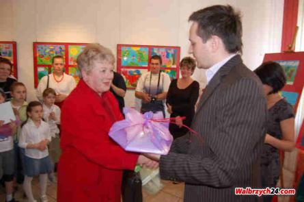 Pierwszą nagrode odbiera Irena Kurowska ze Starych Bogaczowic